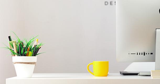 skrivbord-med-gul-mugg