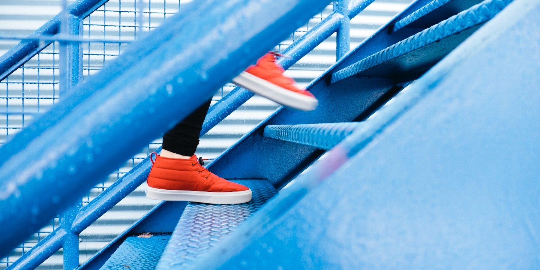 Röda skor i blå trappa