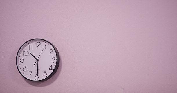 Klocka på rosa vägg