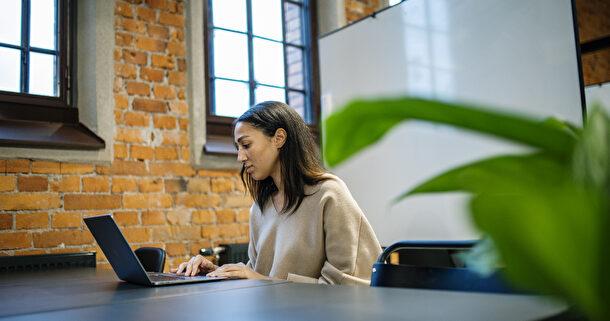 tjej skriver på dator